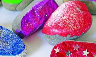 Mit Farbe und Glitzer verzierte Steine