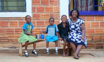 Dorothea aus Ghana mit Mutter und Großmutter und anderen Kindern