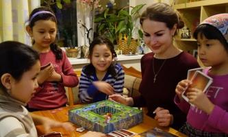 Kinder und Betreuerin spielen in einer Einrichtung der Salesianer Don Boscos in Moskau