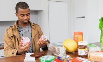 Boubacar Sall mit Einkäufen in der Küche