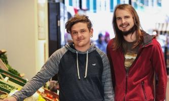 Sebastian Würth und Joshua Streitz im Unverpacktladen in Trier