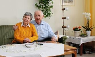 Ehepaar Ingeborg und Bruno Baier daheim im Wohnzimmer