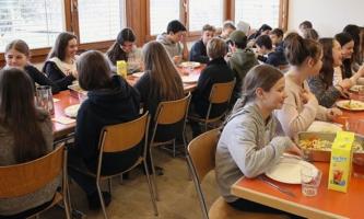 Jugendliche essen in Speisesaal