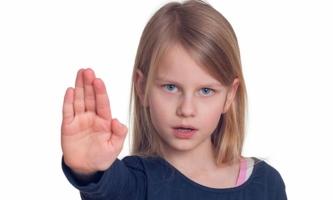 Mädchen zeigt Stopp mit der Hand
