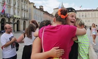 Junge Menschen umarmen sich freudig