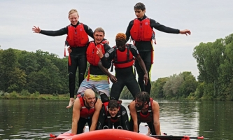 Jugendliche auf Fluss mit Stand-Up-Paddle