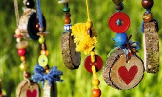 Bunt bemalte Anhänger aus Holz und Perlen