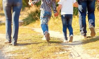 Rückenansicht Familie bei Spaziergang im Park