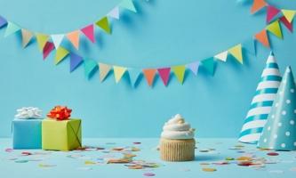 Geschenke, Papphütchen, Muffin und Girlande
