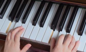 Kinderhände auf Klavier