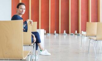 Nicole Rinder im Raum für Trauerfeiern bei Aetas in München