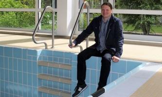 Andreas Braun im unbefüllten Schwimmbad im Salesianum