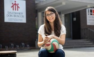 Anna Menge mit Volleyball vor dem Don Bosco Gymnasium im Essen