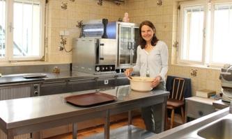 Gudrun Prackwieser in der Küche des Hauses der Don Bosco Schwestern in Stams
