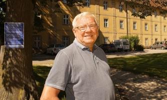 Martin Dollacker auf dem Parkplatz vor dem Kloster Ensdorf