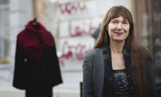 Elisabeth Prantner vor ihrem Änderungsatelier in Berlin
